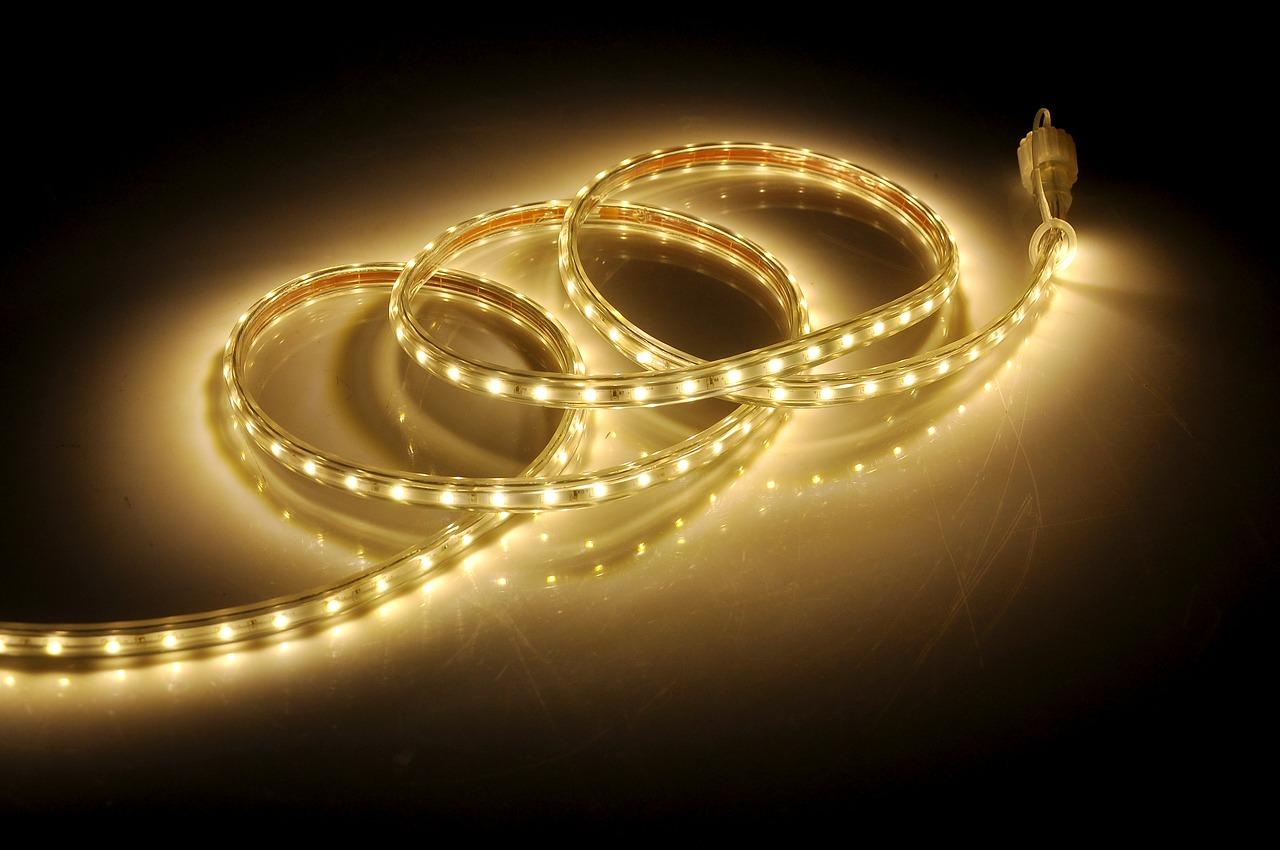 Oświetlenie salonu – co jest ważne?
