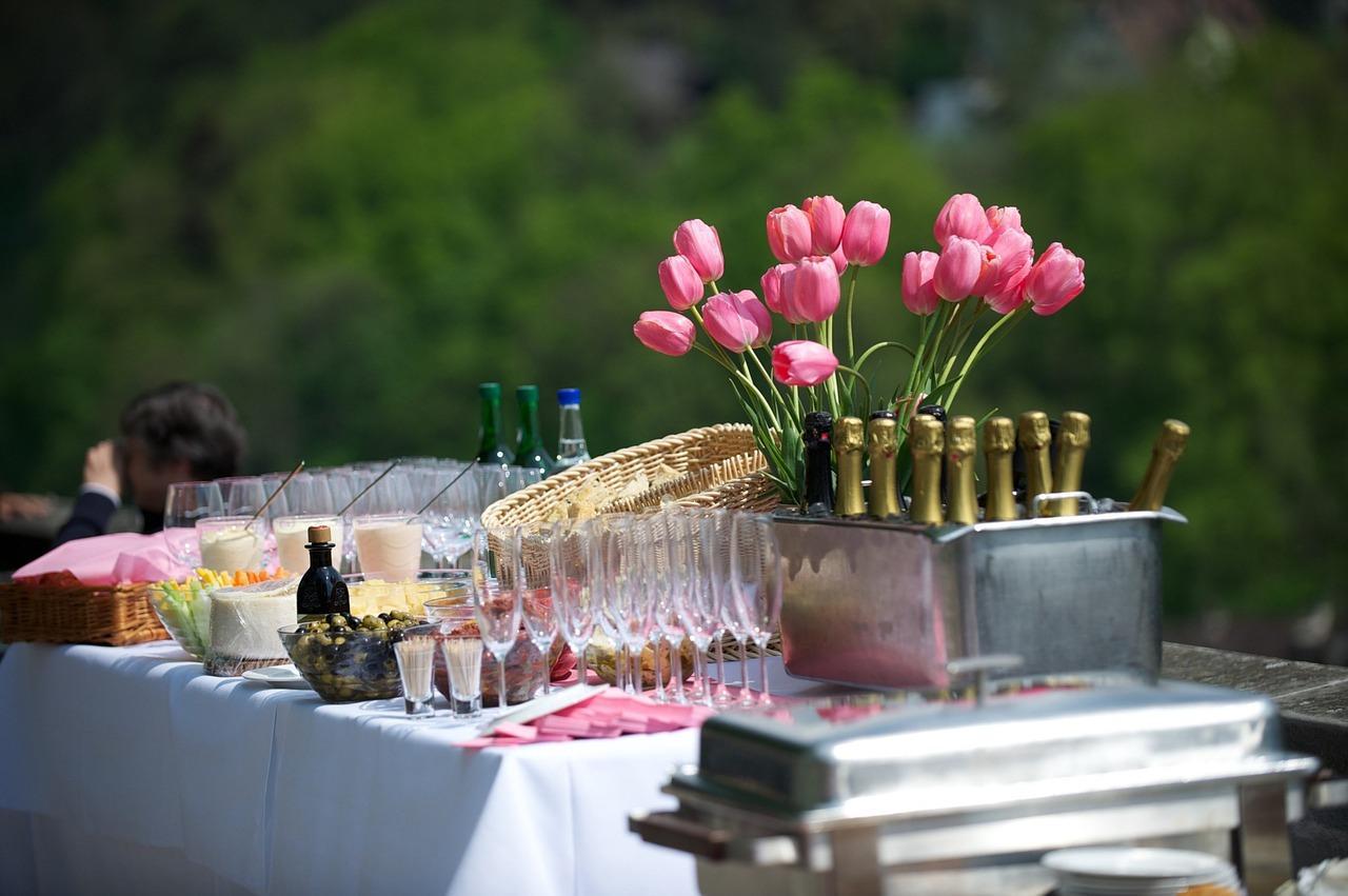 Organizacja przyjęcia w ogrodzie – co może się przydać?