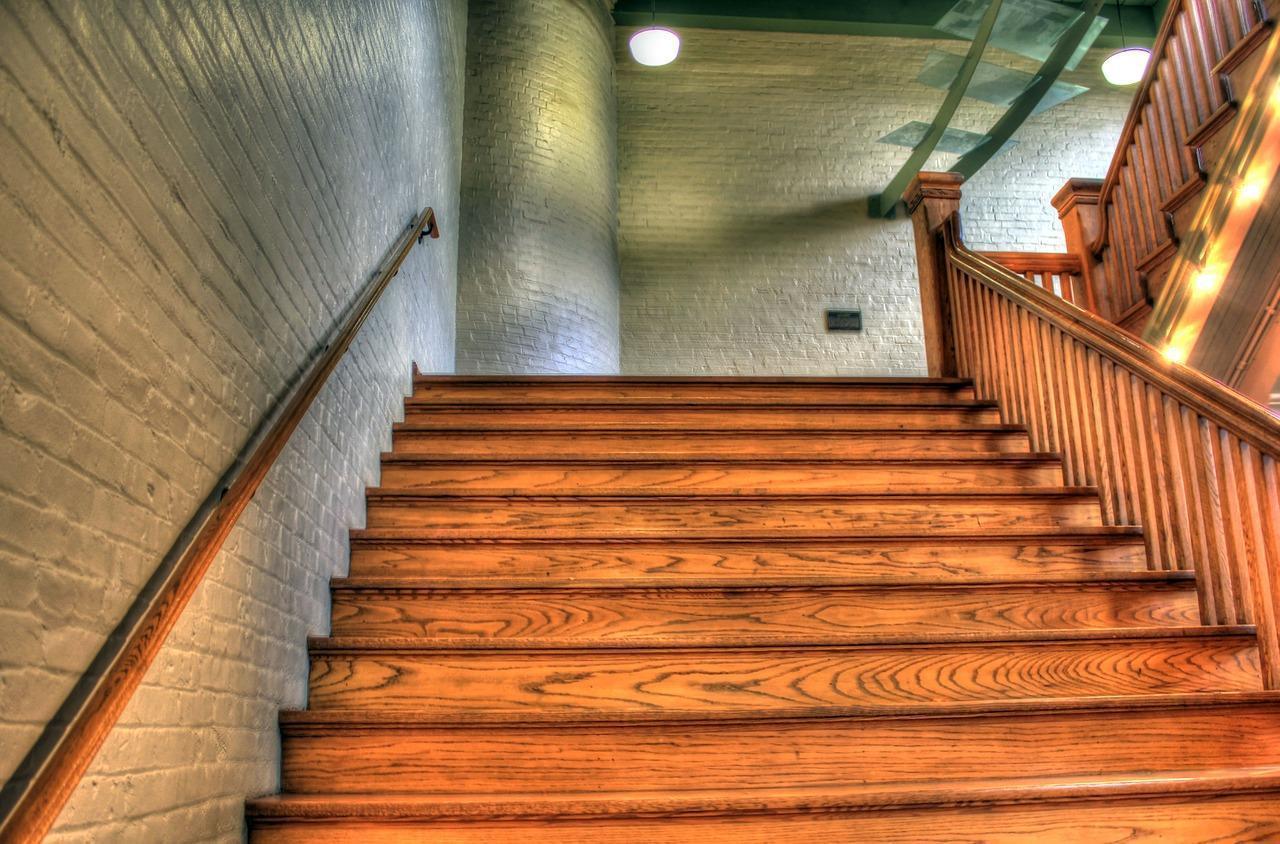 Kiedy warto zdecydować się na schody drewniane?