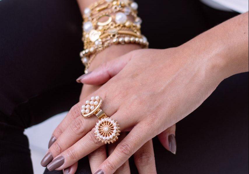 Dlaczego kobiety kochają biżuterię wykonaną ze złota?