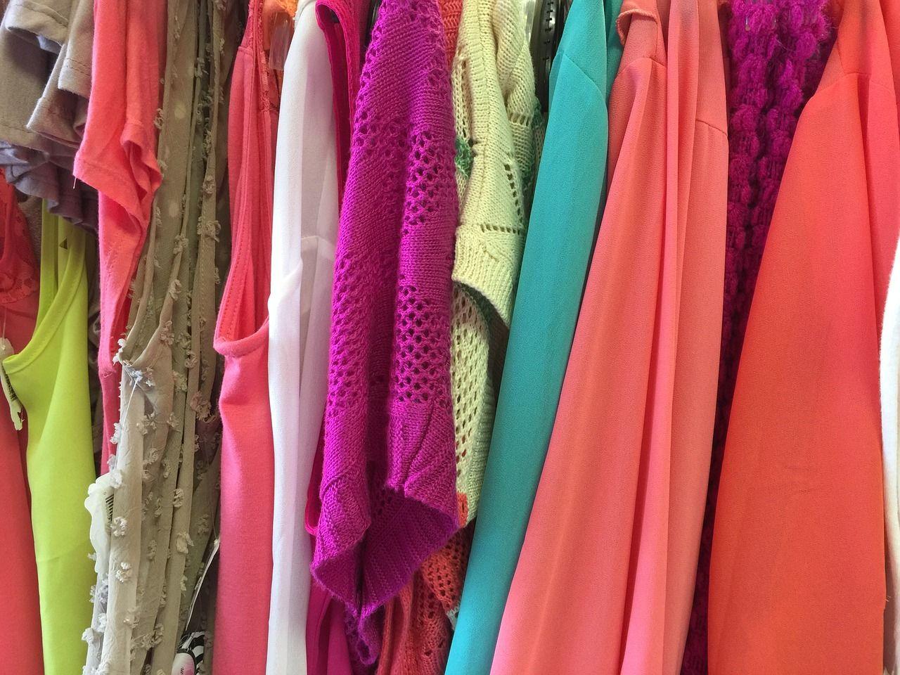 Jak wygodnie przechowywać ubrania w swoim mieszkaniu?