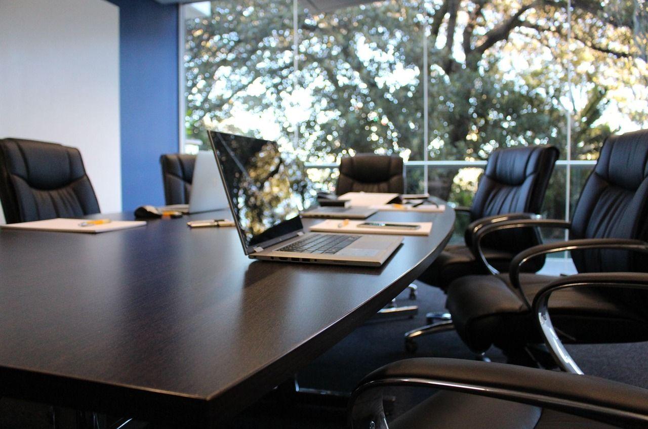 Wyposażenie sali konferencyjnej – zadbaj o elegancję i wygodę