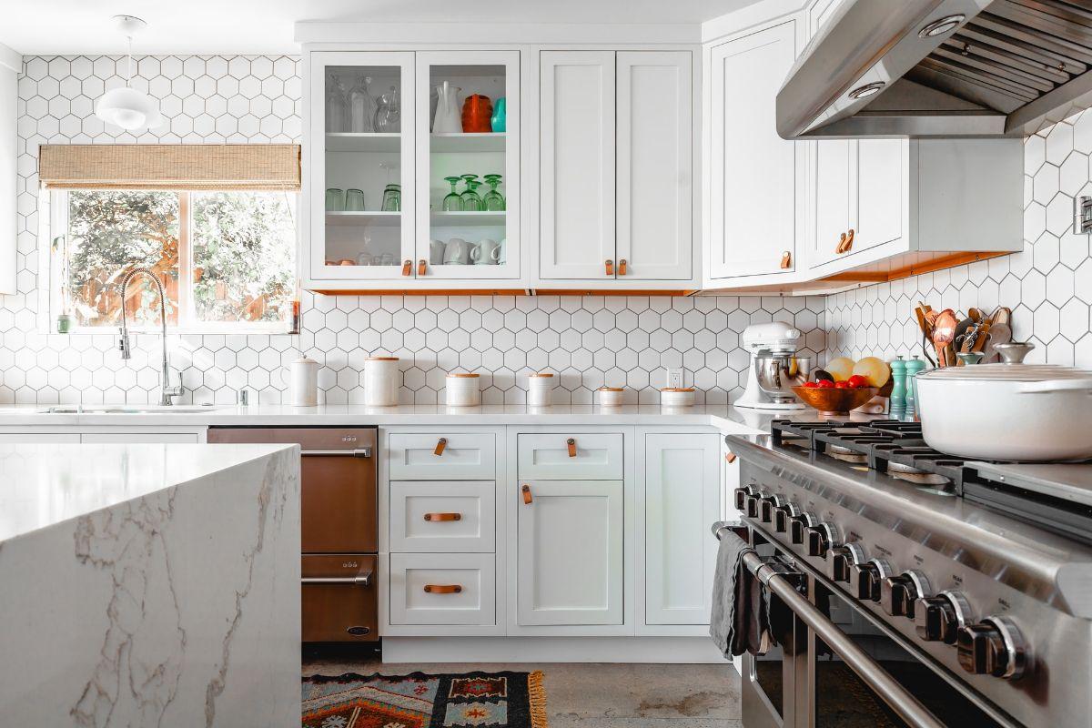 Podstawowe meble, jakimi należy zagospodarować przestrzeń kuchni
