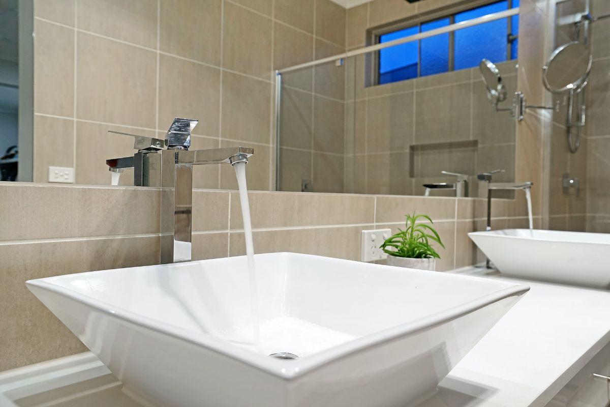 Co powinno znaleźć się na wyposażeniu łazienki w siłowni?