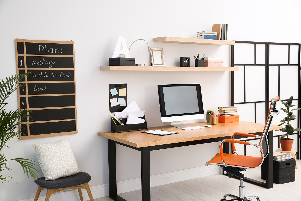 Jak stworzyć wygodne stanowisko pracy w swoim mieszkaniu?