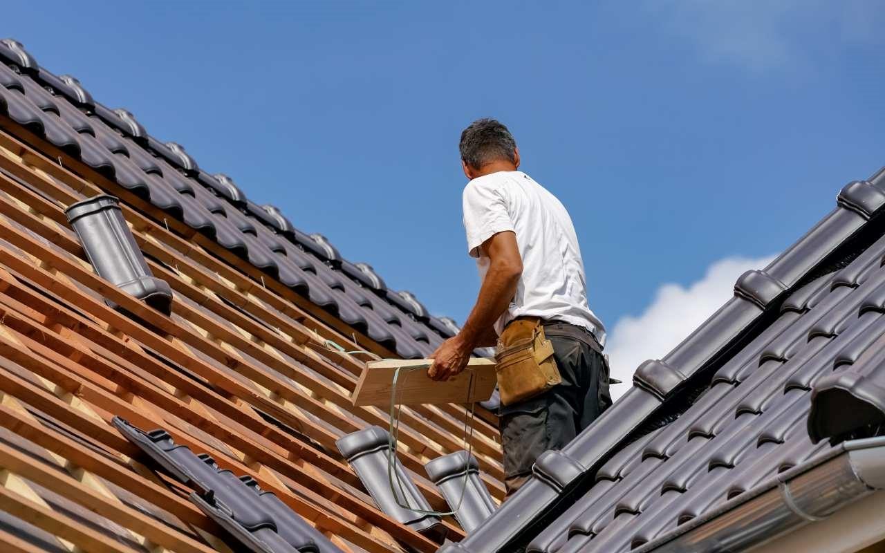 Jak wyglądają etapy pracy przy budowie dachu?