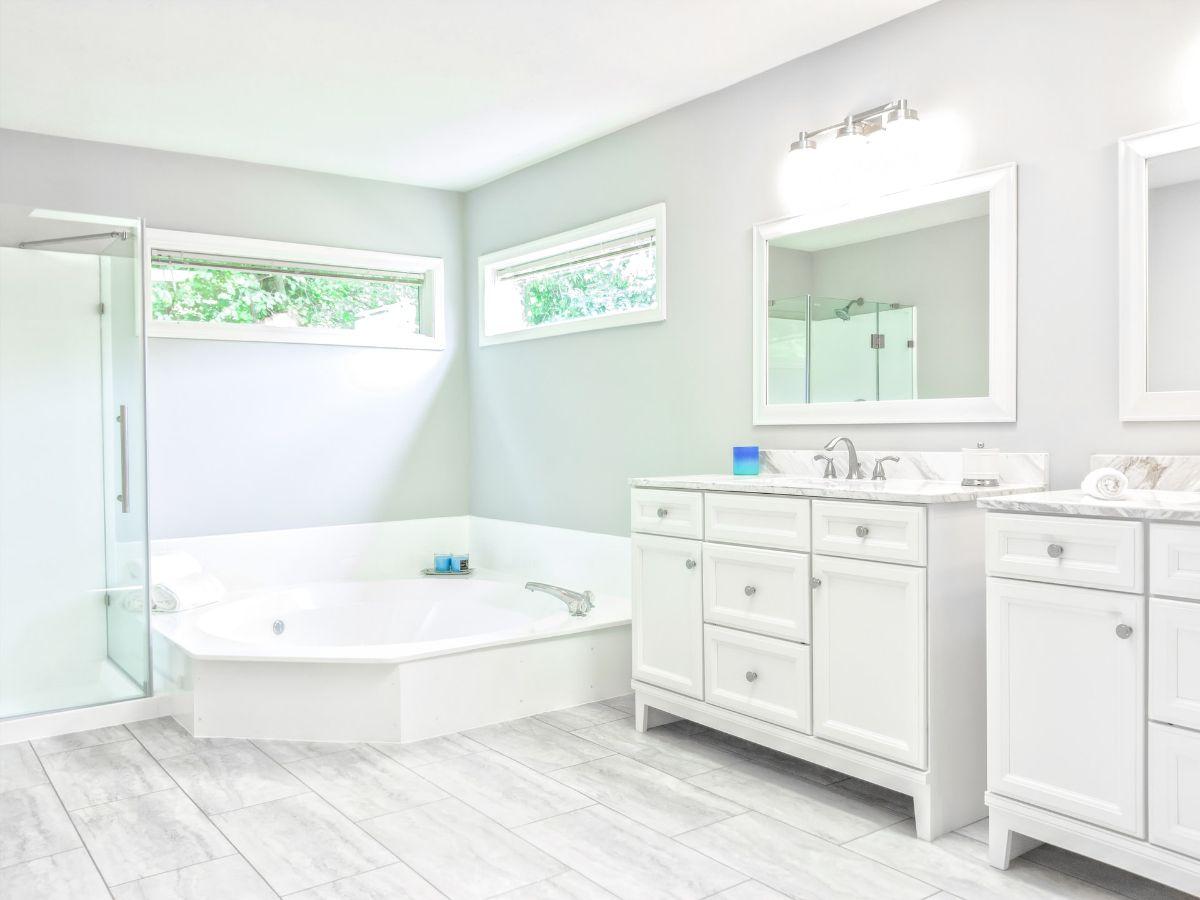 Duża i przestronna łazienka – co powinno się w niej znaleźć?