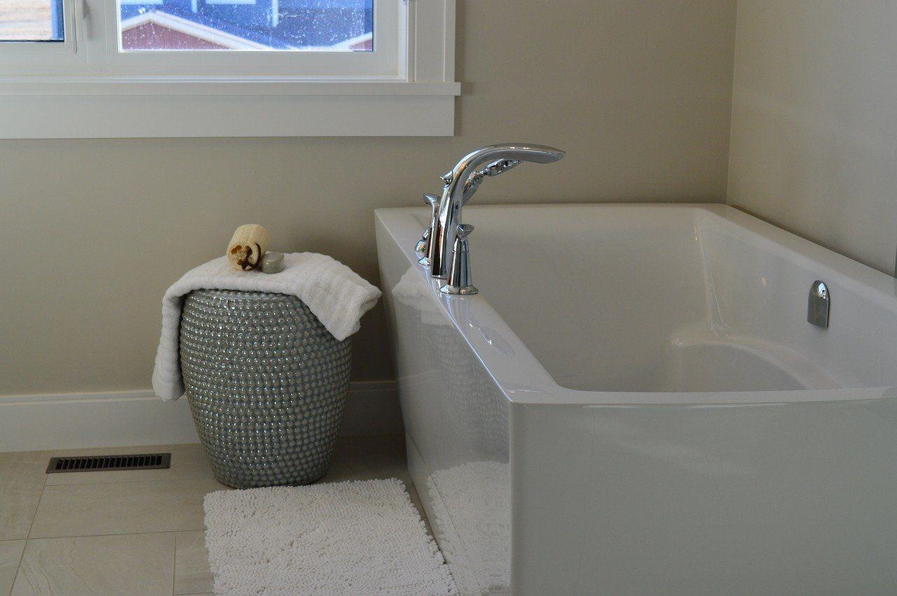 Wanna czy prysznic – co umieścić w łazience zaprojektowanej w stylu klasycznym?