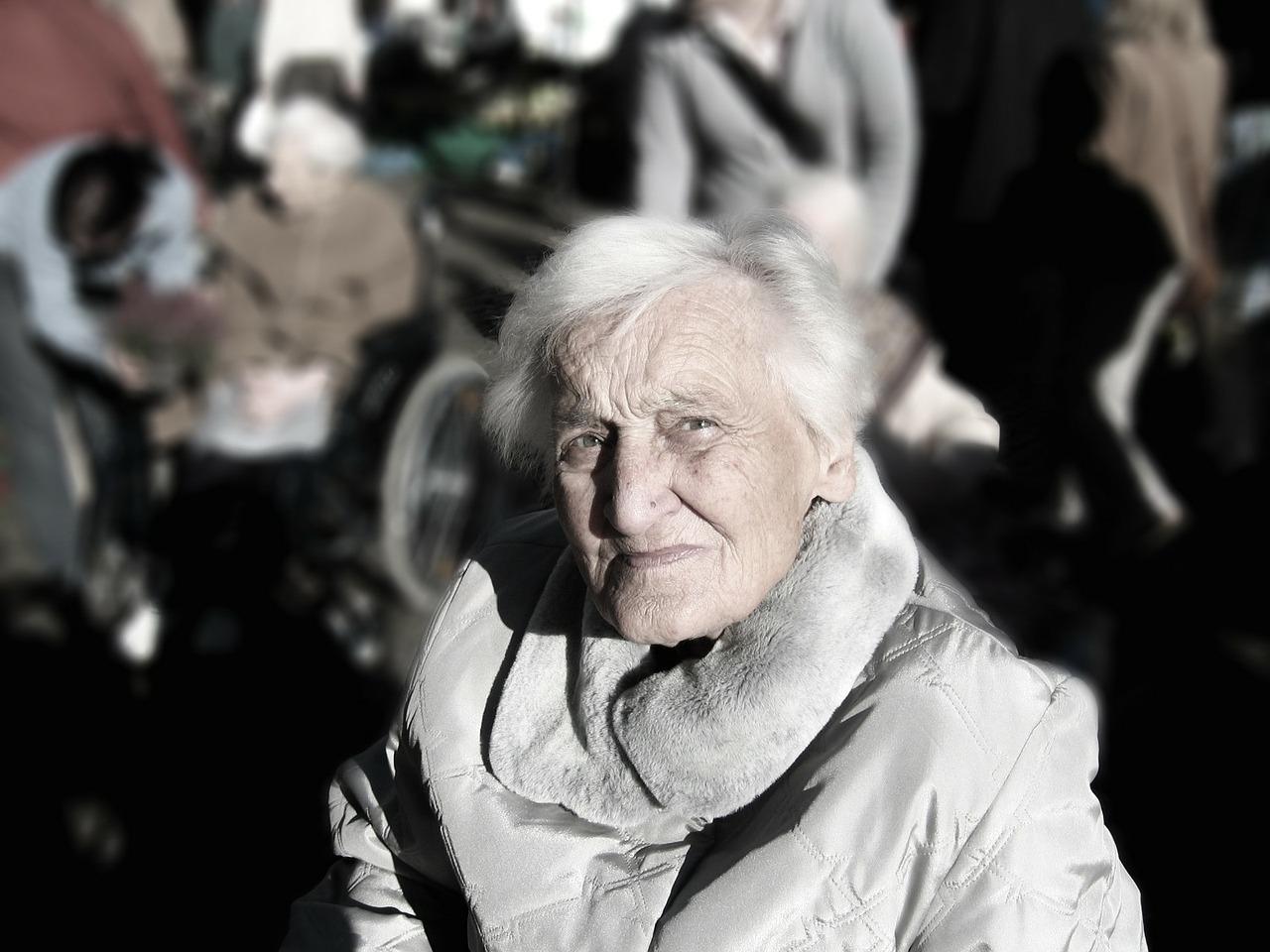 Pomoc osobom starszym i schorowanym – co zrobić, żeby móc pracować w tym zawodzie