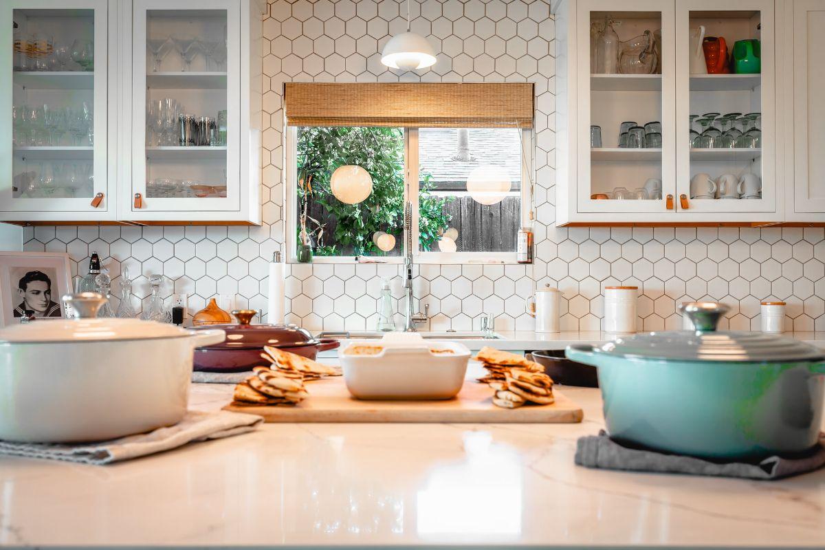 Wykańczanie domu – jak stworzyć wytrzymałą i elegancką kuchnię?