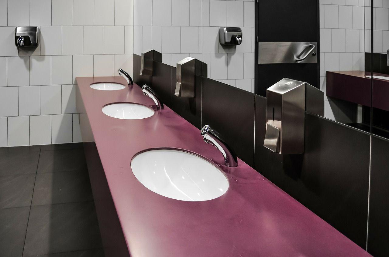 Jakie elementy składają się na wyposażenie łazienek publicznych?
